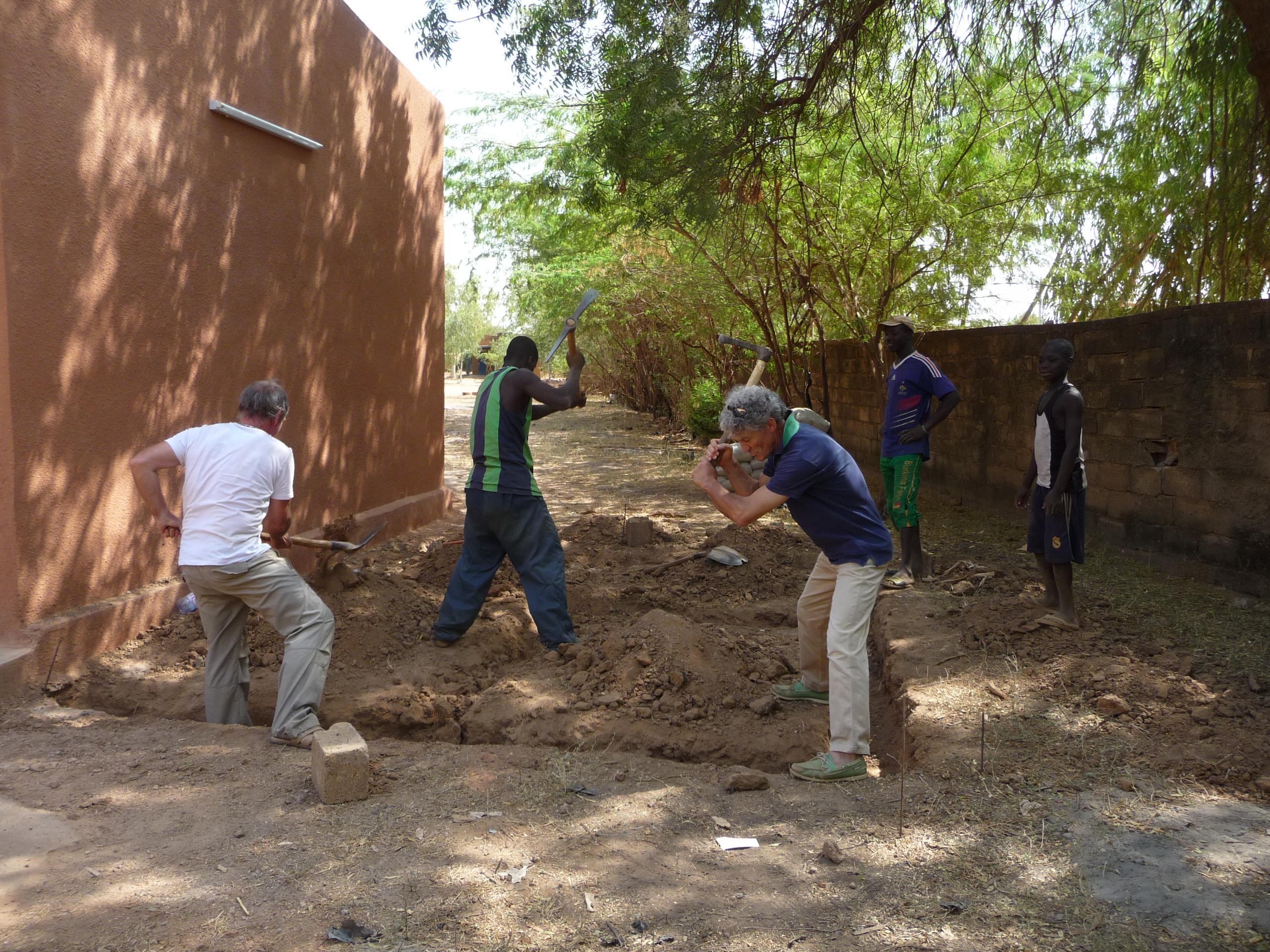 Préparation des fondations de l'auberge à Boulsa