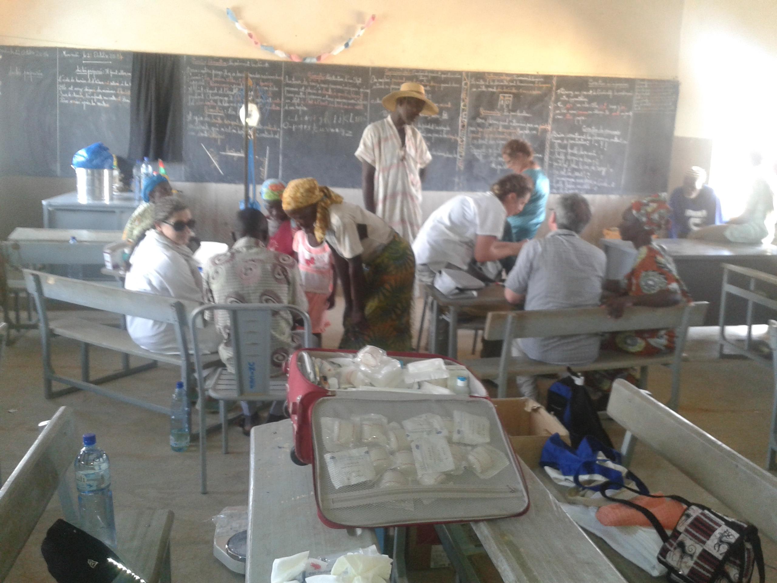 Visite médicale dans un village de brousse
